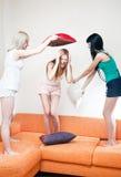 женщины подушек бой молодые Стоковое Фото