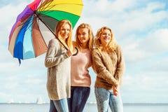 3 женщины под красочным зонтиком Стоковое фото RF