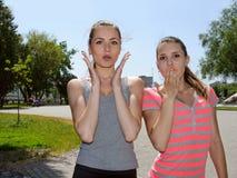 2 женщины показывают большой сюрприз Стоковое Изображение RF