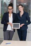 2 женщины показывают таблетку Стоковые Изображения
