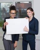 2 женщины показывают whiteboard Стоковое Фото