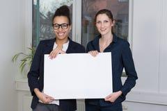 2 женщины показывают whiteboard Стоковое Изображение RF