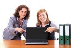 2 женщины показывая дисплей тетради Стоковое Фото