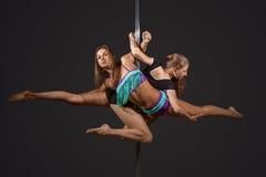 2 женщины показывая представление на поляка Стоковые Фотографии RF