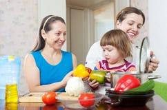 Женщины 3 поколений варят в кухне Стоковая Фотография