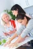 3 женщины поколений печь совместно Стоковое фото RF
