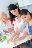 3 женщины поколений печь совместно Стоковые Фото