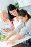3 женщины поколений печь совместно Стоковая Фотография RF