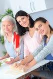 3 женщины поколений печь совместно Стоковые Изображения