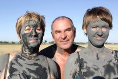 2 женщины покрыли грязь с человеком Стоковое фото RF