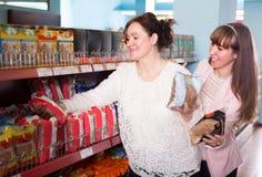 Женщины покупая гречиху на супермаркете Стоковое фото RF