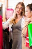 Женщины покупая моду в магазине или магазине Стоковая Фотография