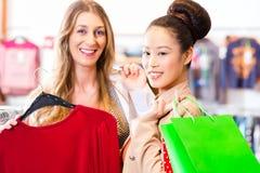 Женщины покупая моду одевают в магазине или магазине Стоковые Изображения RF