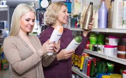 Женщины покупая шампунь Стоковая Фотография RF