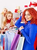Женщины покупкы на сбываниях Кристмас. Стоковая Фотография RF