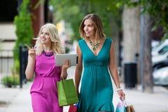 Женщины покупок с таблеткой цифров Стоковые Изображения RF