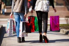 Женщины покупок outdoors Стоковое Фото