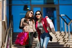 Женщины покупок outdoors Стоковые Изображения RF