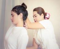 Женщины получают массаж руки в тайском курорте Стоковые Изображения RF