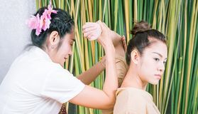 Женщины получают положение массажа руки в тайском курорте Стоковые Изображения RF