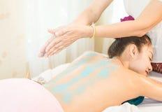 Женщины получают соль scrub дальше назад в курорте Стоковые Фотографии RF