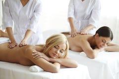 2 женщины получая массаж Стоковая Фотография