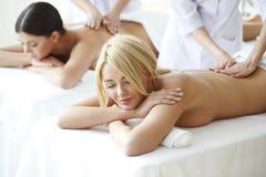 2 женщины получая массаж Стоковое фото RF