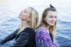 2 женщины портовым районом Стоковые Фотографии RF