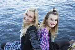 2 женщины портовым районом Стоковое Изображение RF
