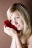 женщины портрета лепестков удерживания молодые Стоковые Изображения RF
