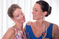 Женщины портрета привлекательные усмехаясь на одине другого Стоковые Фотографии RF