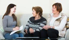 Женщины порции главного бухгалтера с финансами дома Стоковое Фото