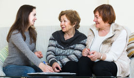 Женщины порции главного бухгалтера с финансами дома Стоковые Фотографии RF