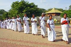 Женщины посещают Jaya Sri Maha Bodhi в Anuradhapura Стоковое фото RF