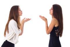 2 женщины посылая поцелуи воздуха Стоковое Изображение