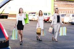 3 женщины после ходить по магазинам Стоковое Изображение RF
