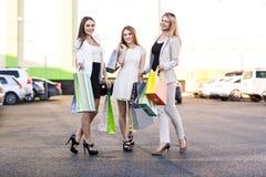3 женщины после ходить по магазинам Стоковые Фотографии RF