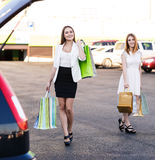 2 женщины после ходить по магазинам Стоковое Изображение RF