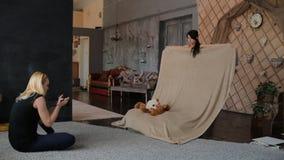Женщины подготавливают студию для фотосессии сток-видео