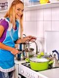 Женщины подготавливая еду на кухне Стоковые Изображения RF