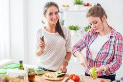 Женщины подготавливая обедающий в концепции кухни Стоковые Фото