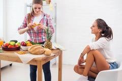 Женщины подготавливая обедающий в концепции кухни Стоковые Изображения