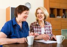 2 женщины подписывая контракт Стоковое фото RF