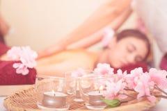 Женщины получают массаж на заднем плане Стоковое Изображение