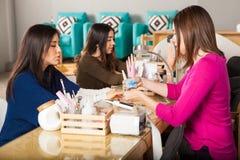 2 женщины получая их ногти сделанный Стоковая Фотография RF
