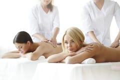 2 женщины получая массаж Стоковые Фото