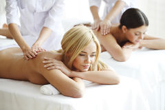 2 женщины получая массаж Стоковые Изображения RF