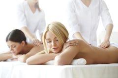 2 женщины получая массаж Стоковое Изображение RF