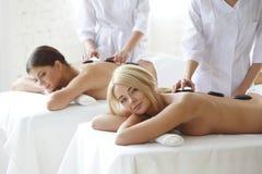 2 женщины получая массаж Стоковые Изображения