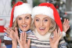 2 женщины празднуя рождество Стоковые Фото
